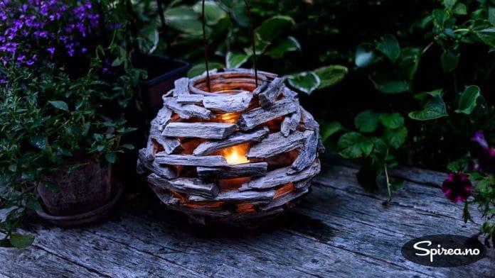 En lykt med levende lys kan gjøre underverker for stemningen i hagen.