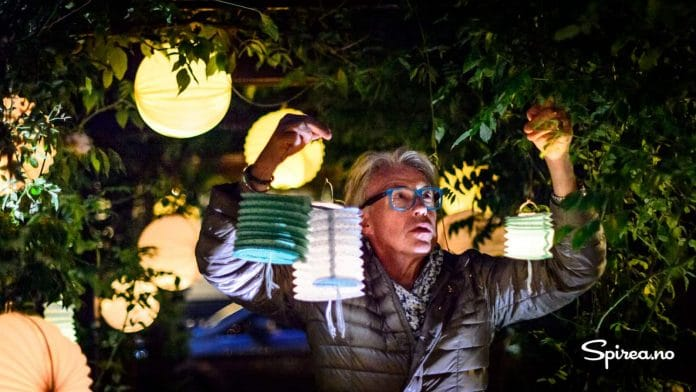 Finn bruker trær og busker for stativer for lykter med levende lys.
