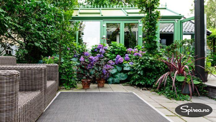 Når eieren er borte, skal hagen klare seg mest mulig selv.