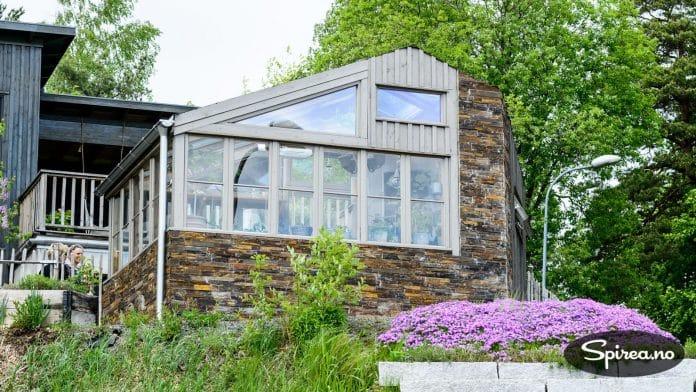 Drivhuset troner på utsiktsplassen foran huset.