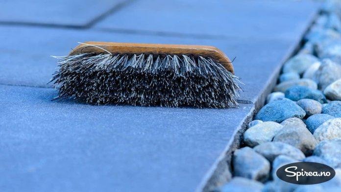 Denne børsten er egentlig ment for hester, med funker også for å koste vekk små partikler fra betongheller.