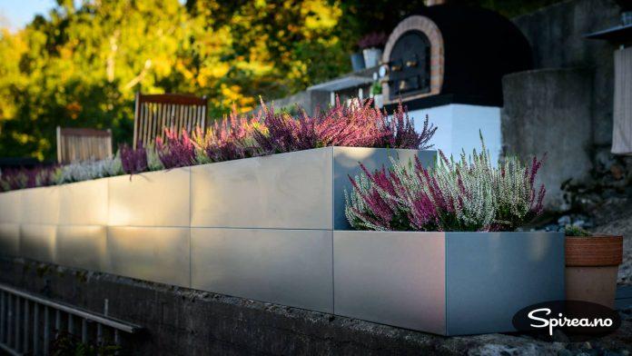 De modulbaserte plantekassene fra BEDD kan bygges i to høyder. Den laveste delen blir urtekasse til våren.