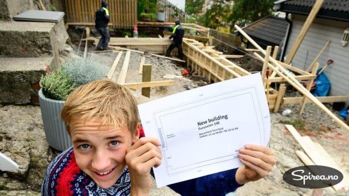 Her er karene i gang med å bygge forskalingen til det nye huset som skal bygges i hagen vår.