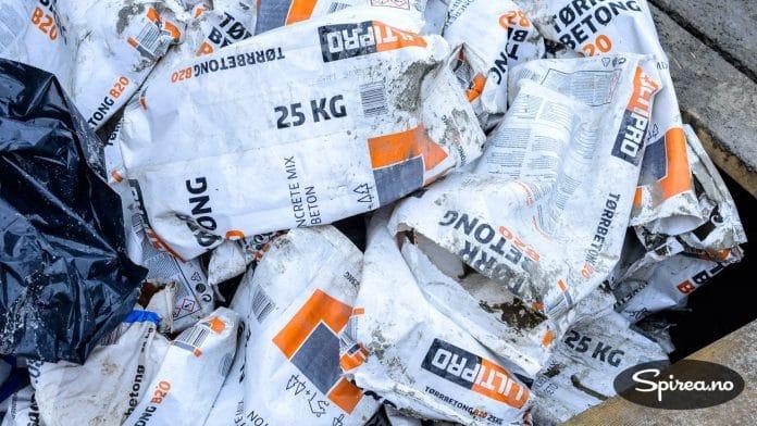 Sementen ble båret inn på tomta i 25 kg sekker, og deretter blandet med vann. Det er brukt b20 tørrbetong, som er en type mørtel som ikke trenger å blandes med sand.
