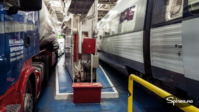 En hav er ingen hindring for toget. Det bare ruller ombord i ferga, sammen med trailere, biler og campingvogner.