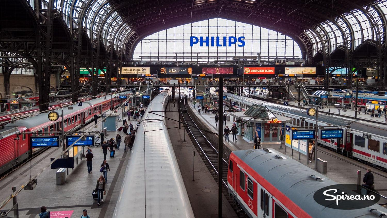 Det er en spesiell atmosfære på store stasjoner. Lyd. Lukt. Folk som skal hit og dit. Dette er Hamburg Hauptbahnhof.