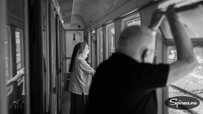 Selv de som reiser på vegne av høyere makter blir trøtte av lange turer. En italiensk nonne gjesper mens hun ser på landskapet i Süd-Tirol.