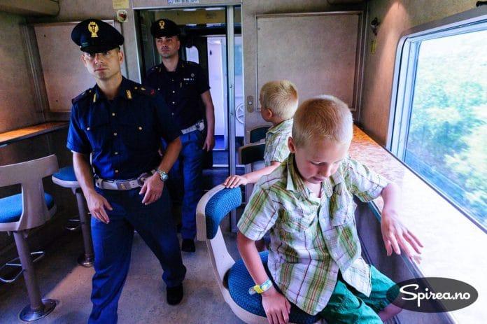 Væpnet politi er ikke så vanlig å se på norske tog, men i Italia er det helt vanlig. Våre sønner syntes det var et spennende innslag på turen.