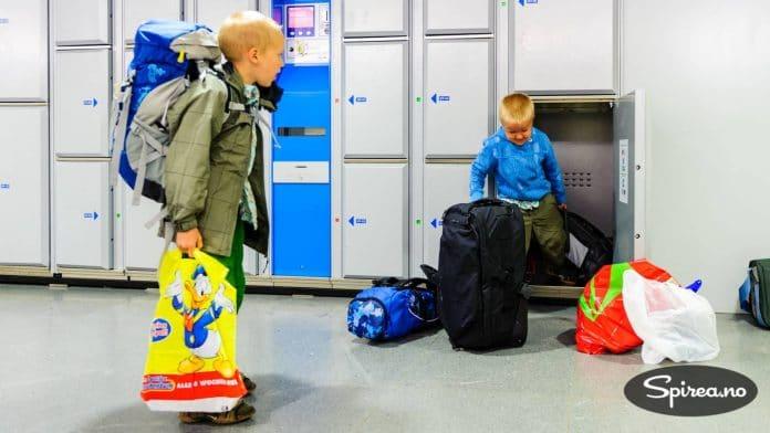 Å kunne sette fra seg bagasje på en trygg måte er noe du vil lære å sette pris på. Enkelte steder er boksene så store at barna kan gå inn i dem...