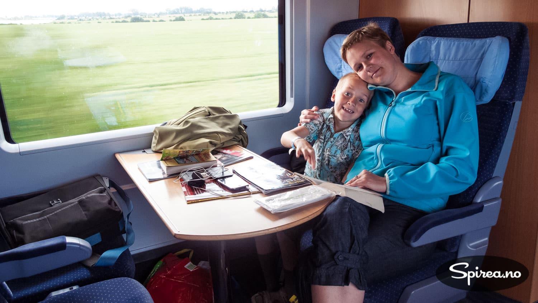 Tog gir en helt annen opplevelse av det å reise enn du får i en bil. Her koser eldstesønn Henrik seg med høytlesing av Harry Potter.