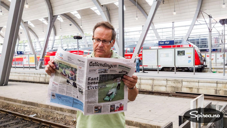 Tores far Knut hadde med seg hjemlig lesestoff da vi var på Kiel Hauptbahnhof.